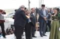 Р.Чубаров и М.Джемилев передают къалакъай гостям праздника