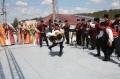 Балет ансамбля исполняют показательный номер крымскотатарской борьбы