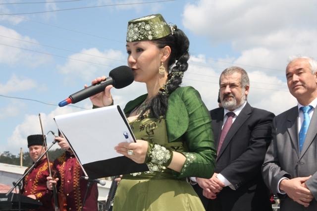 Ведущая праздника Эльмаз Сейтаджиевa